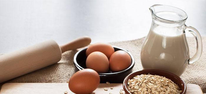 Milchkanne, Eier, Getreide, Nudelholz