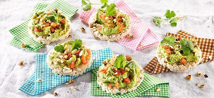 Avocado-Artischockencreme auf Reiswaffeln