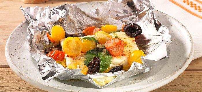 Schafskäse mit Oliven und Tomaten in der Folie gegrillt