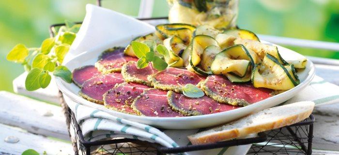 Carpaccio im Pestomantel mit gegrilltem Zucchinisalat - perfekt beim Camping