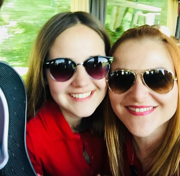 Auf diesen Bild sehen Sie zwei junge Frauen mit Sonnenbrille.