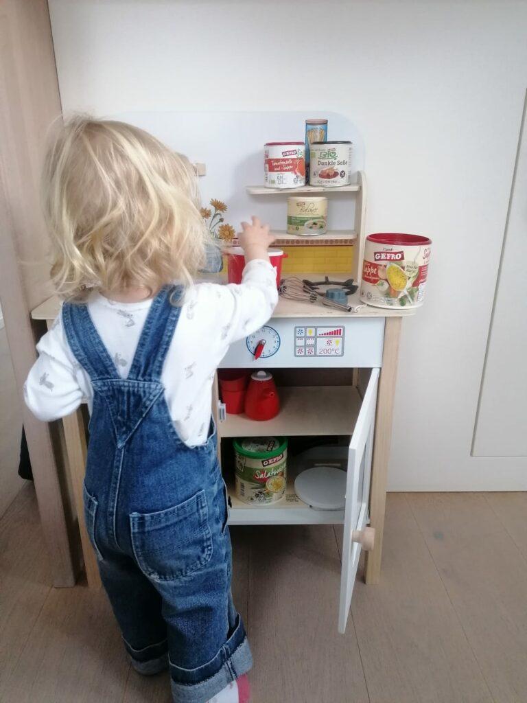 Die Tochter einer Kollegin hilft in in ihrer Spielküche kräftig mit - mit gEFRO Suppe!